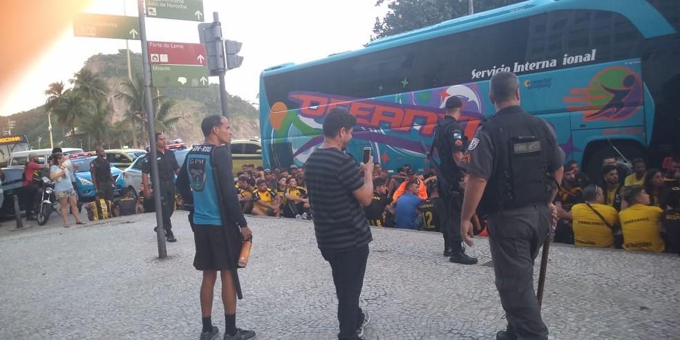 Torcedores do Peñarol são detidos após tumulto no Leme — Foto: Reprodução/Redes Sociais
