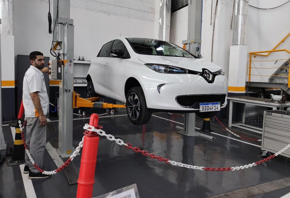 Manutenção de um Renault Zoe — Foto: André Paixão/G1