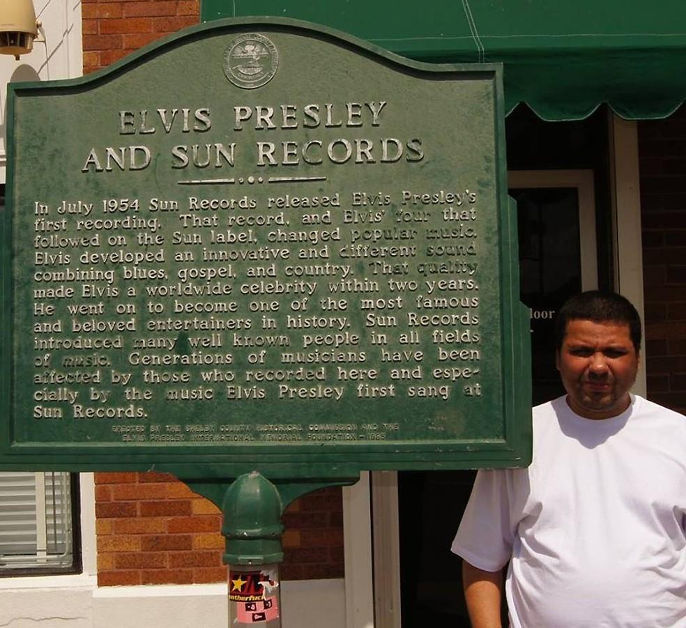 O jornalista Paulo Cavalcanti em frente à sede da gravadora que lançou Elvis Presley — Foto: Reprodução / Facebook Paulo Cavalcanti
