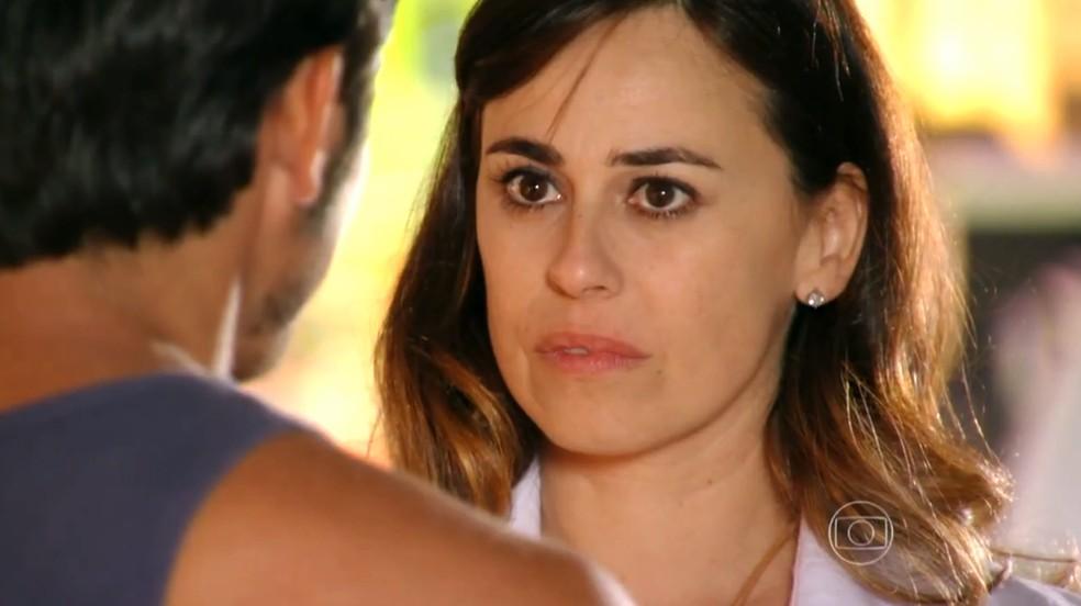 Natália (Daniela Escobar) pergunta se Juliano (Bruno Gissoni) quer namorar uma de suas filhas - 'Flor do Caribe' — Foto: Globo
