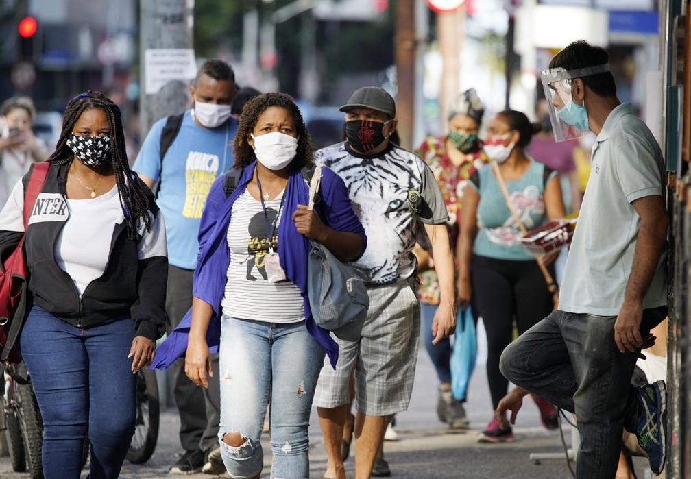 RJ, 28/04/2020 População anda de máscara nas ruas de Copacabana — Foto: Marcos Serra Lima/G1