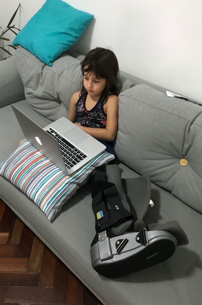 Julia ao lado da bota imobilizadora do pai (Foto: Arquivo Pessoal)