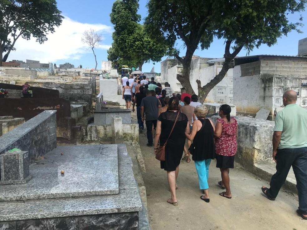 Casal morto após arrastão na Baixada é enterrado  — Foto: Lívia Torres/G1