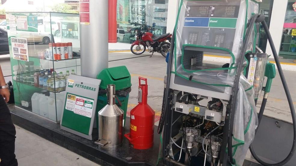Fiscalização está sendo realizada na manhã desta quarta-feira (4) em três postos de combustíveis de Caruaru (Foto: Polícia Civil/Divulgação)