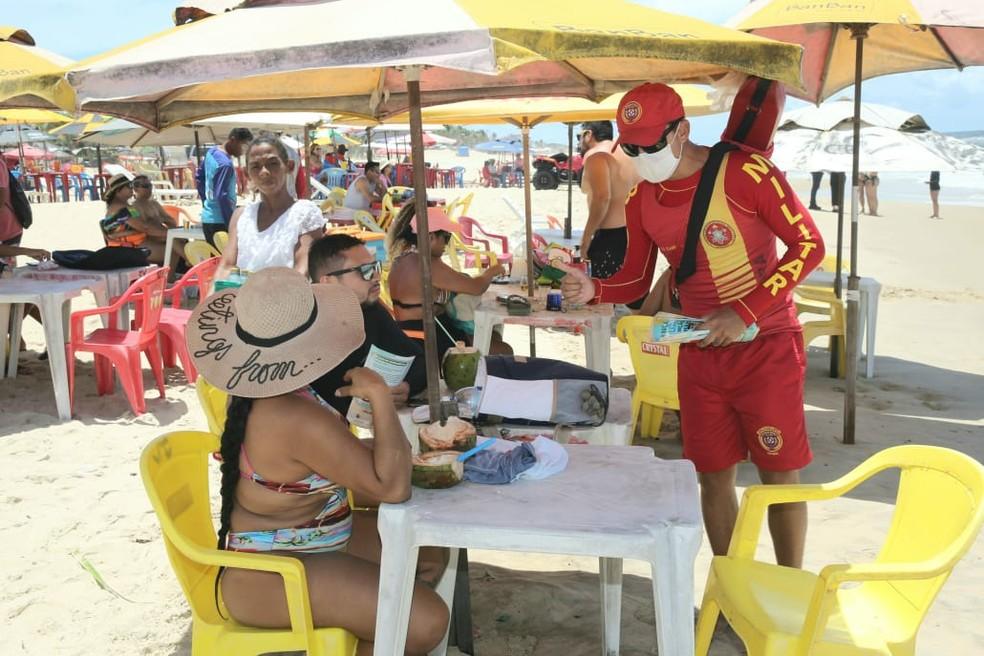 Barracas de praia se preparam para retomar as atividades na Praia do Futuro — Foto: Fabiane de Paula/ SVM