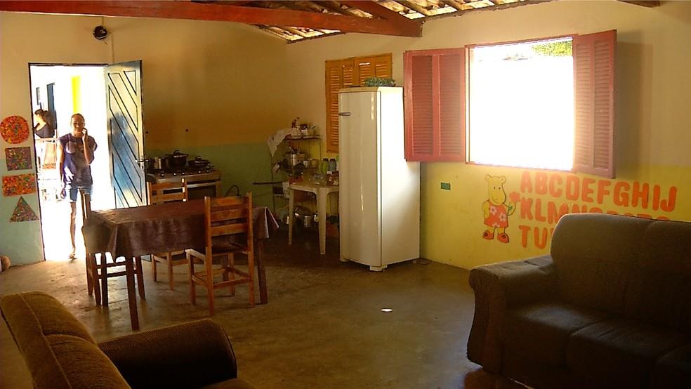 Os móveis da família dividem espaço com as pinturas das crianças (Foto: Reprodução/Inter TV Cabugi)
