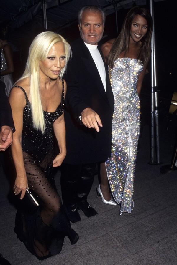 Donatella Versace com o irmão Gianni e Naomi Campbell no Met Gala de 1995. (Foto: Vogue America)