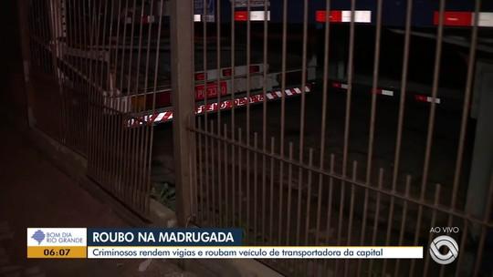 Grupo invade transportadora, rende vigilantes e rouba quatro carros novos em Porto Alegre
