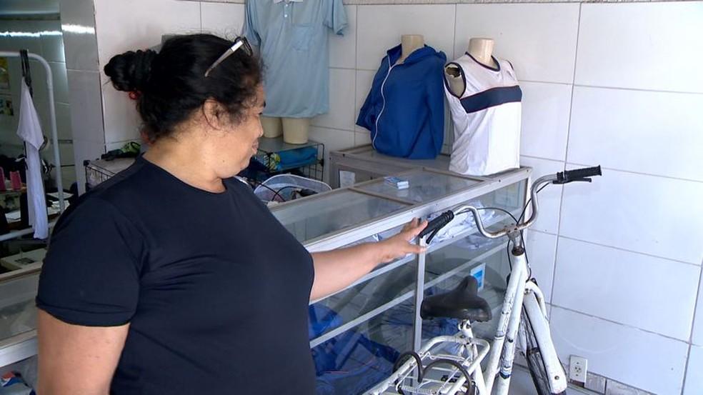 Renilda já teve a bicicleta roubada dentro da loja que trabalhada, em Jardim Marilândia (Foto: Reprodução/TV Gazeta)