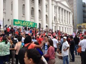Manifestantes fazem ato pró-governo em Curitiba (Foto: Augusto Klein/RPC)