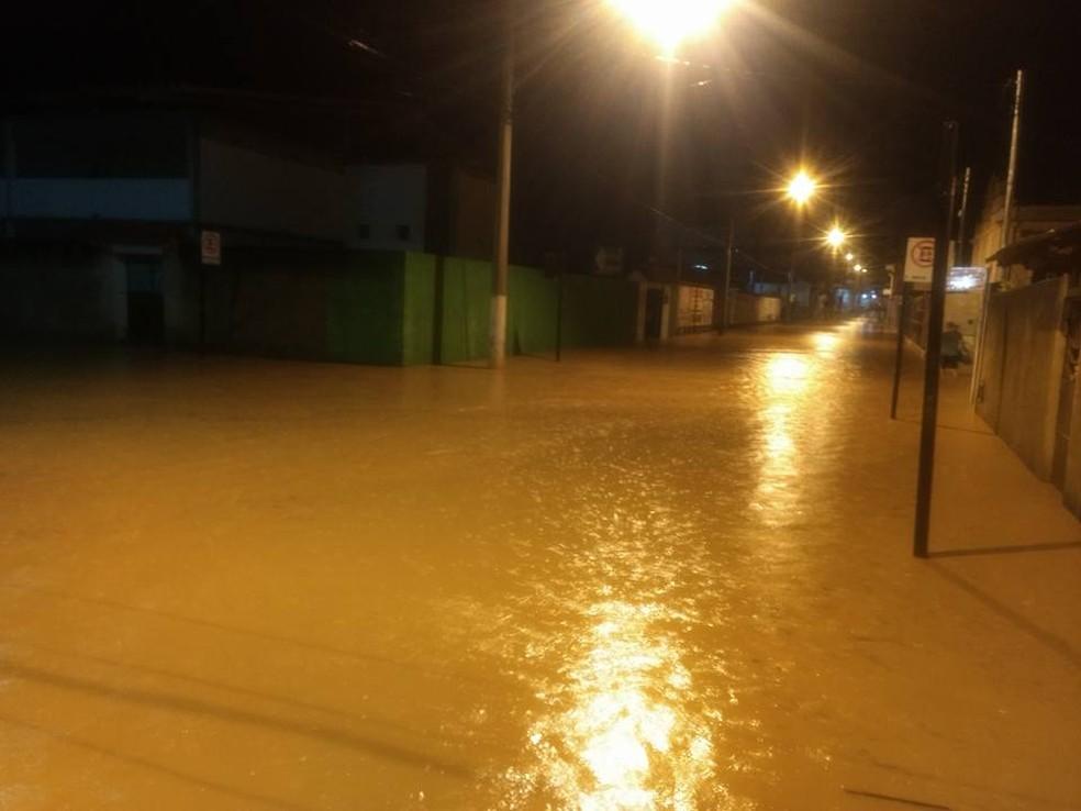 Várias ruas do município foram inundadas durante a madrugada (Foto: Walter Luiz / Arquivo Pessoal )