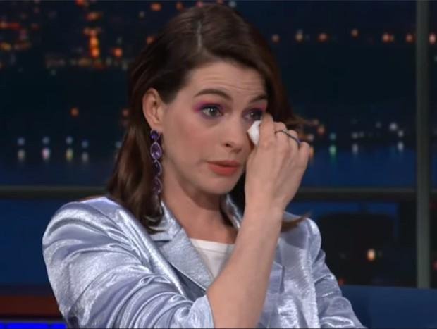 Anne Hathaway se emociona ao conhecer RuPaul (Foto: Reprodução / YouTube)