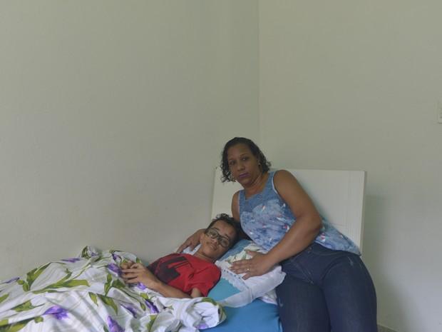 Mauricélia Rodrigues Pereira com o filho Luckas Silva (Foto: Vitor Jubini/ A Gazeta)
