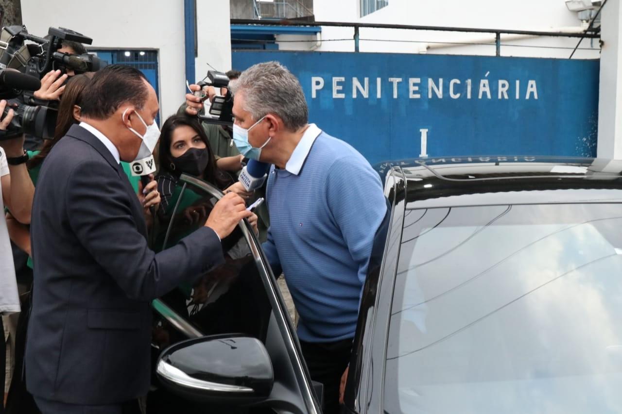 Após sair da prisão, prefeito de Guarujá alega que provará inocência: 'Sigo mais forte e determinado'