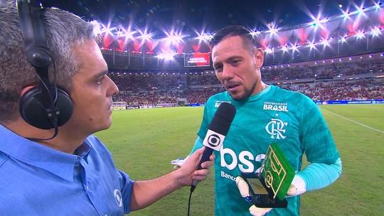 """Eleito Craque do Jogo de Flamengo x Athletico-PR, Diego Alves dedica troféu: """"Para o Abel e o time todo"""""""