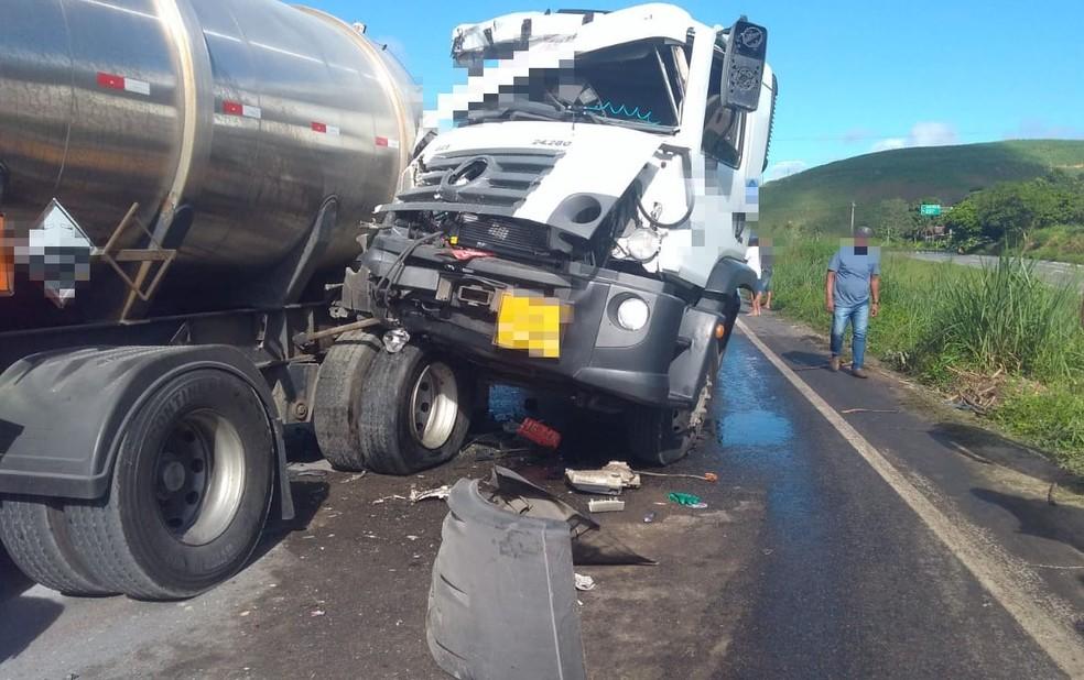 Acidente entre dois caminhões ocorreu na BR-101, em Escada, na Zona da Mata de Pernambuco — Foto: Polícia Rodoviária Federal/Divulgação