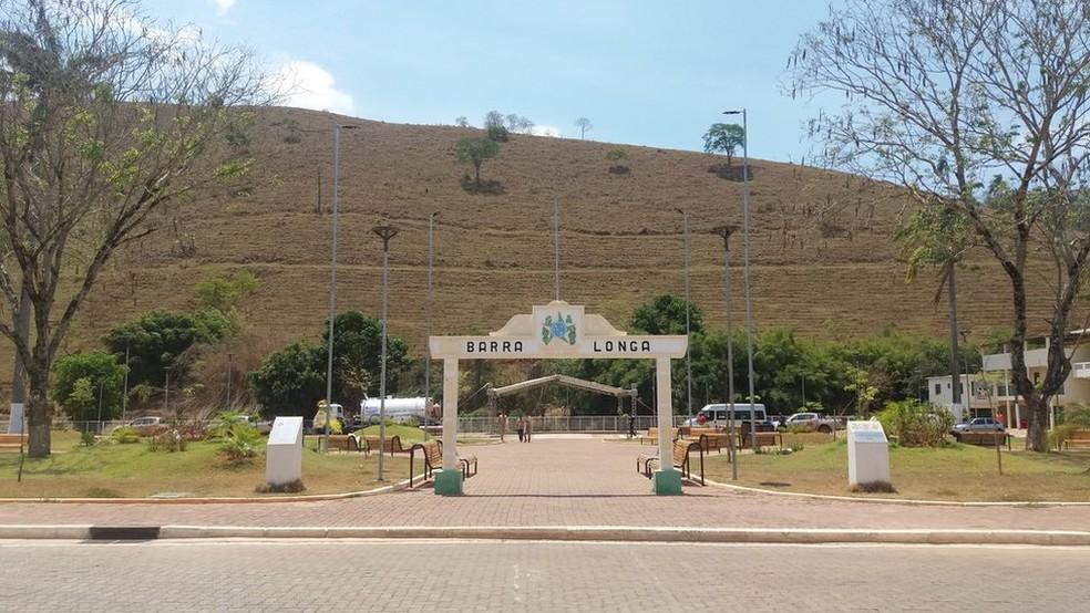 Parte da lama foi usada na reconstrução da cidade, para aterrar o parque de exposições e o campo de futebol e na fabricação de bloquetes de calçamento (Foto: Camilla Veras Mota/BBC Brasil)