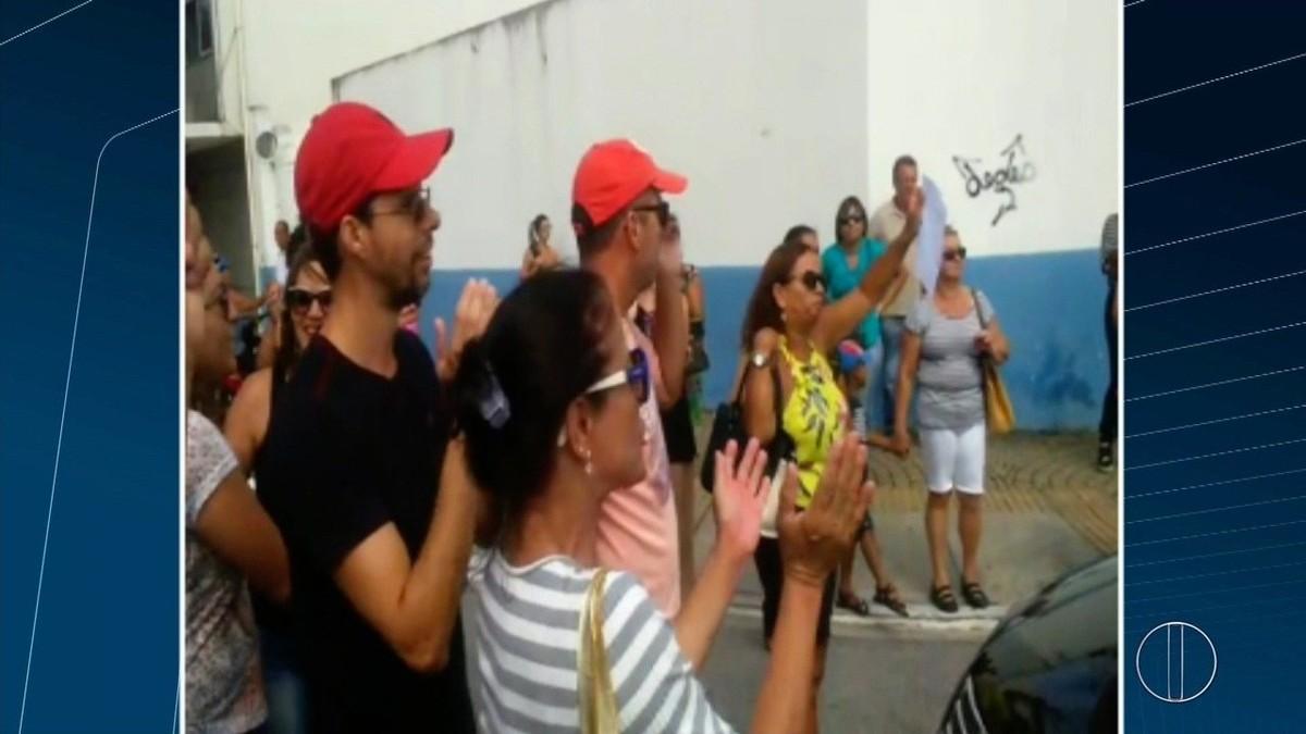Professores fazem protesto em frente à Prefeitura de Macaé, no RJ