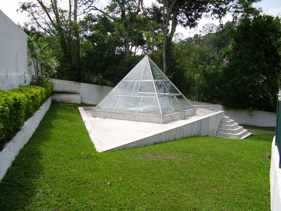 Mausoléu onde Dercy está enterrada é aberto à visitação em Santa Maria Madalena (Foto: Nestor Lopes/Arquivo Pessoal)