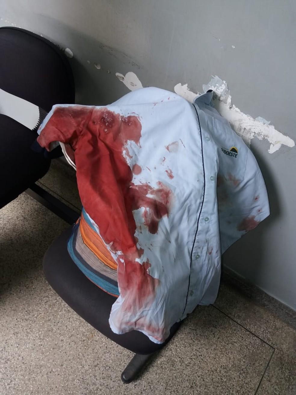 Motorista levou uma facada no ombro durante assalto a ônibus — Foto: Tiago Félix/ TV Gazeta