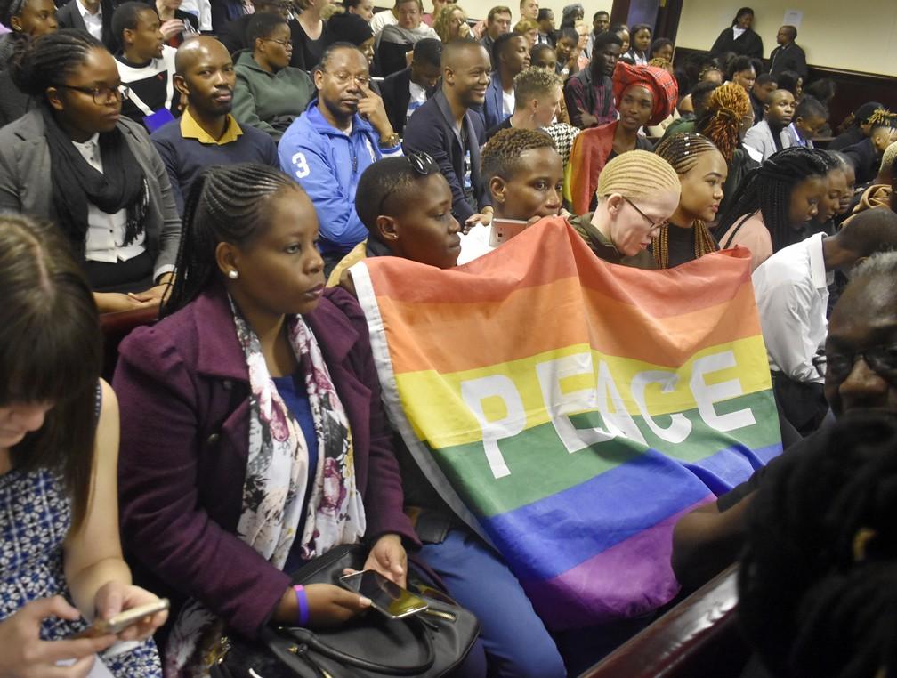 Pessoas assistem ao julgamento da decisão que descriminalizou a homossexualidade em Botsuana no dia 11 de junho — Foto: Associated Press