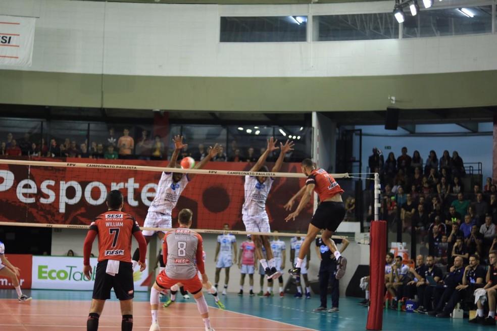 Sesi-SP venceu o primeiro set no ginásio da Vila Leopoldina — Foto: Danilo Sardinha/GloboEsporte.com