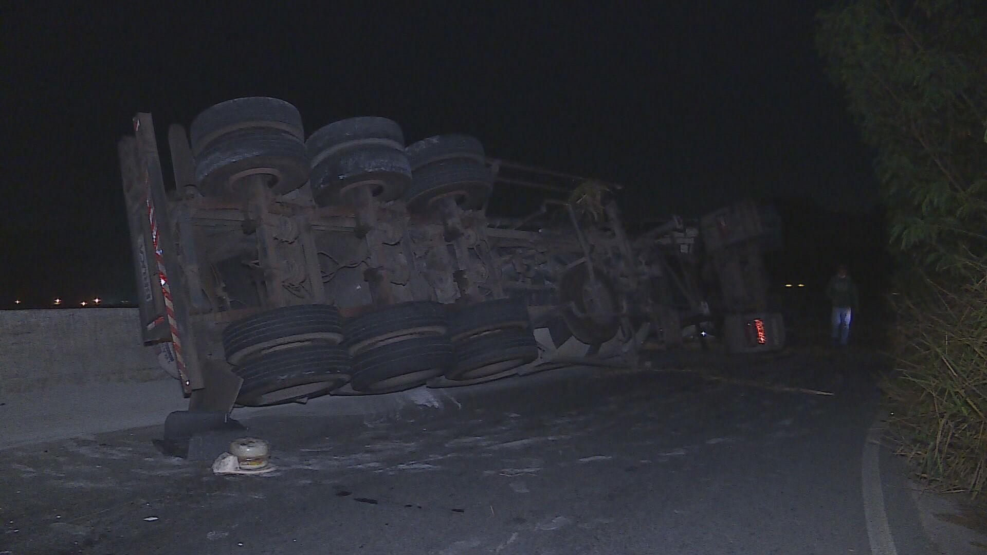 Caminhão com cimento tomba em rodovia, em Pedro Leopoldo
