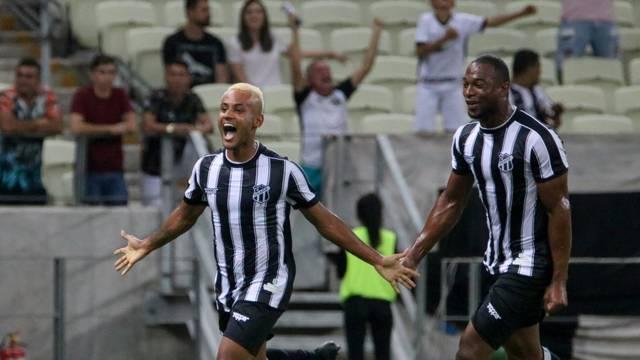 Matheus Gonçalves comemora o primeiro gol