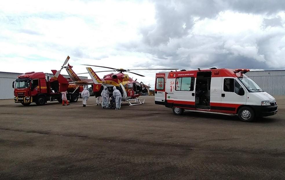 Pacientes transferidos de Coromandel e Monte Carmelho desembarcam em Divinópolis — Foto: Thiago Carvalho/G1