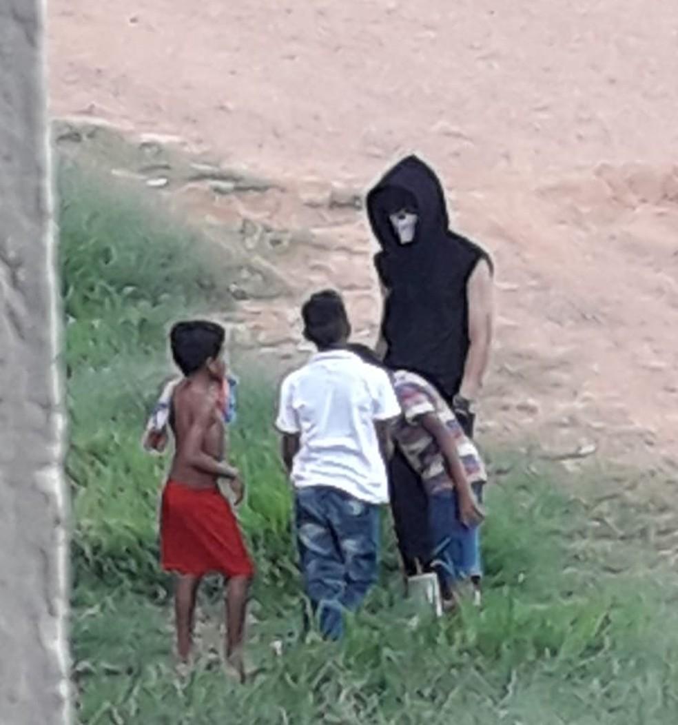 Thiago foi flagrado em frente a escola onde estuda — Foto: Arquivo Pessoal