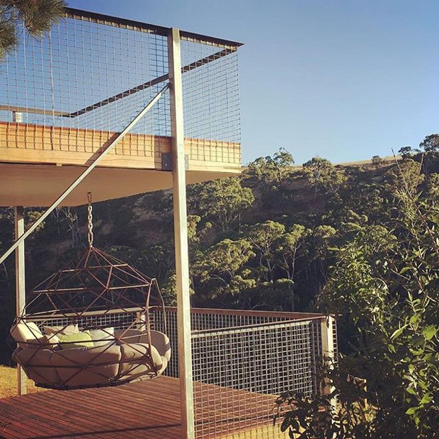 Aqui, a peça Zome, da empresa Kodama Zomes, foi colocada em uma varanda (Foto: Reprodução)
