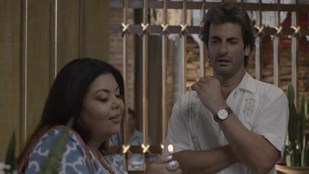 Raimundo (Flávio Tolezani) acha o incenso de Madá (Fabiana Karla) fedorento, em 'Verão 90' — Foto: TV GLOBO