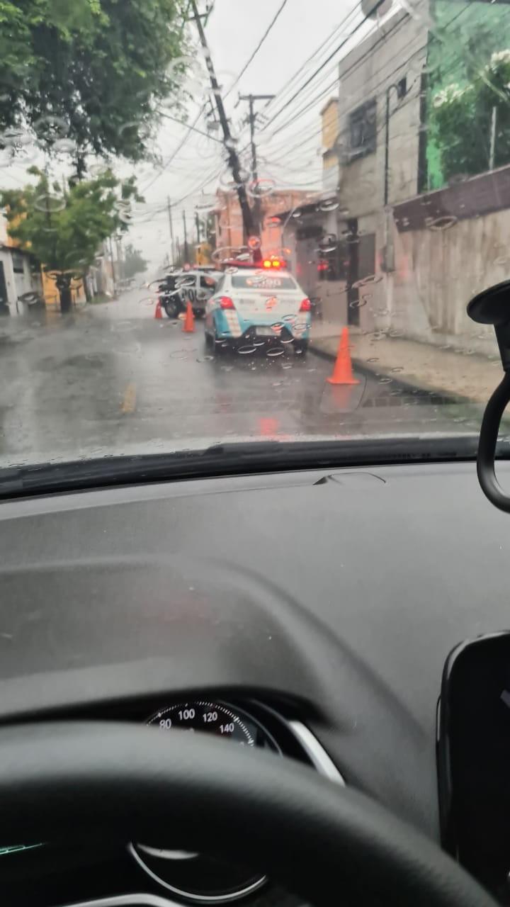 Carro da PM bate em poste ao desviar de pedestre em pista molhada no Monte Castelo, em Fortaleza