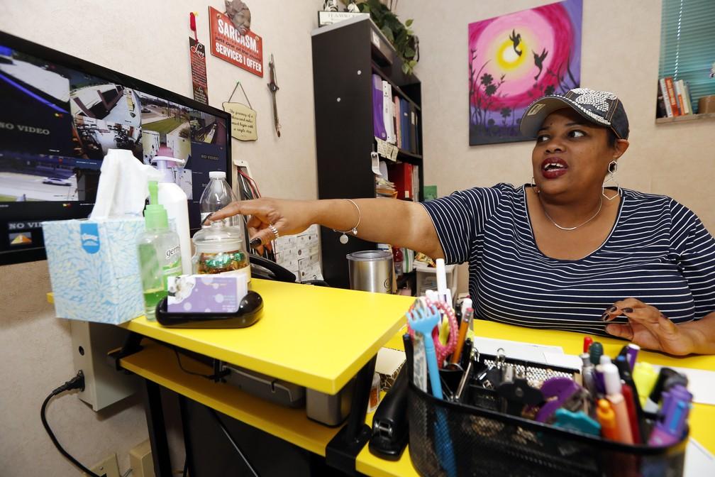 A diretora da Jackson Women's Health Organization, única clínica que faz abortos no Mississippi, afirmou que agora recebe ligações de mulheres do Alabama, Flórida, Geórgia, Louisiana e Tennesse para saber se o local continua funcionando. — Foto: Rogelio V. Solis/AP