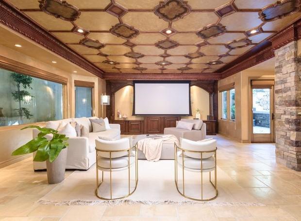 Sala de estar com tela para assistir à televisão (Foto: Aaron Hoffman/ Reprodução)