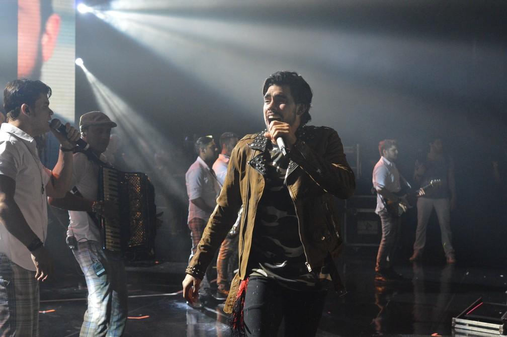 Gabriel Diniz se apresentou com jaqueta escolhida pelo público, por meio do G1 — Foto: Penélope Araújo/G1
