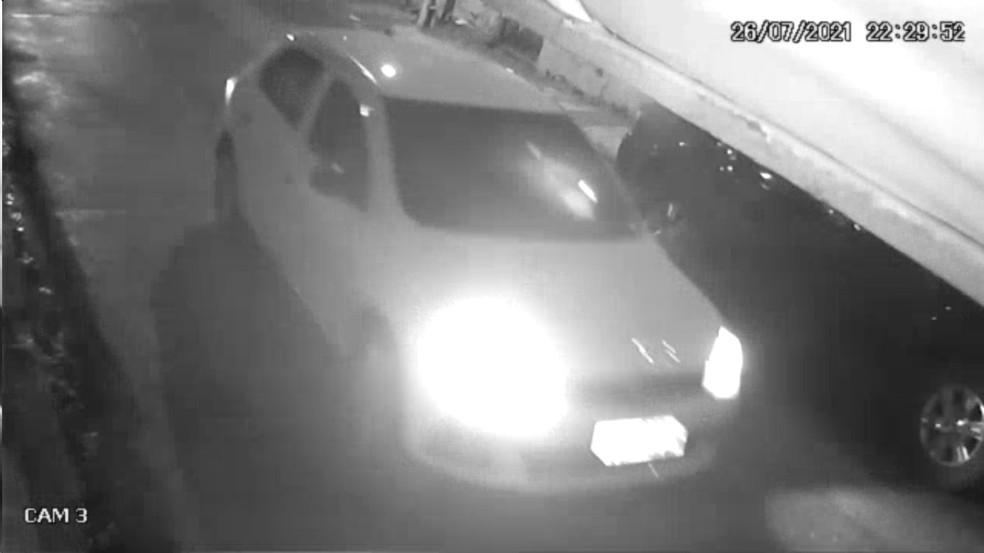 Homem que atirou contra barbearia em São Lourenço da Mata, no Grande Recife, estava dentro deste carro — Foto: Reprodução/WhatsApp