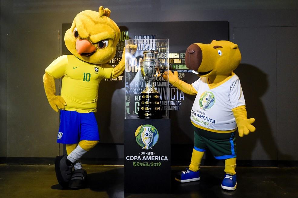 Capivara e Canarinho com o troféu da Copa América — Foto: Divulgação/CBF