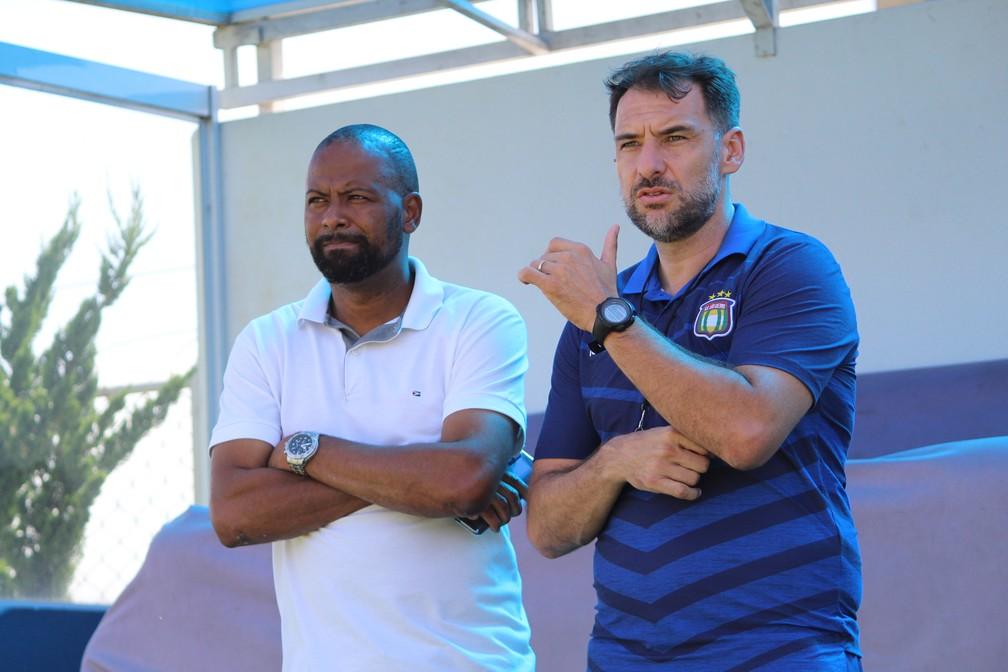 Técnico Wilson Júnior e Fabinho, coordenador de futebol do São Caetano — Foto: Fabio Giannelli/Soccer Digital