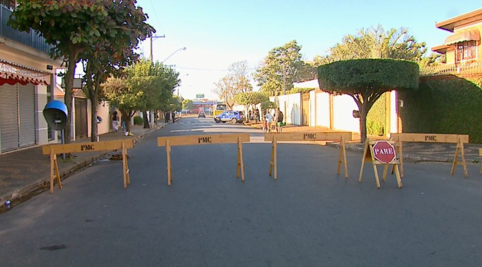 Rua foi interditada para o julgamento em Conchal (Foto: Paulo Chiari / EPTV)