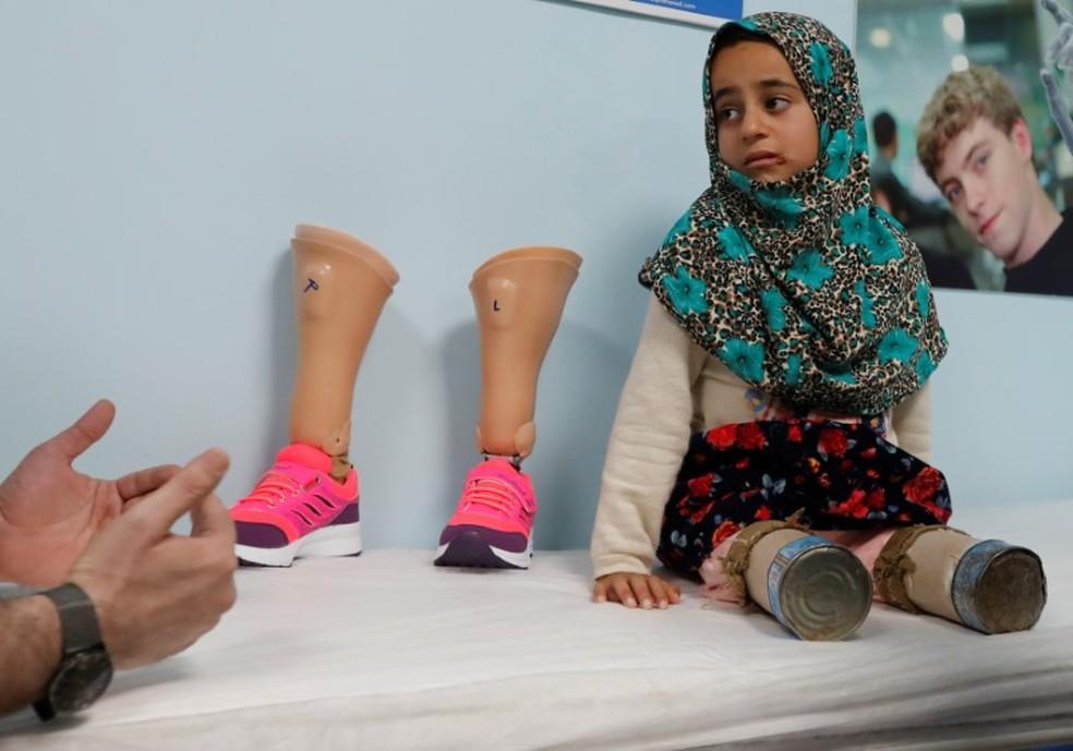 Maya Mehri em clínica de Istambul para receber prótese  (Foto: REUTERS/Osman Orsal)