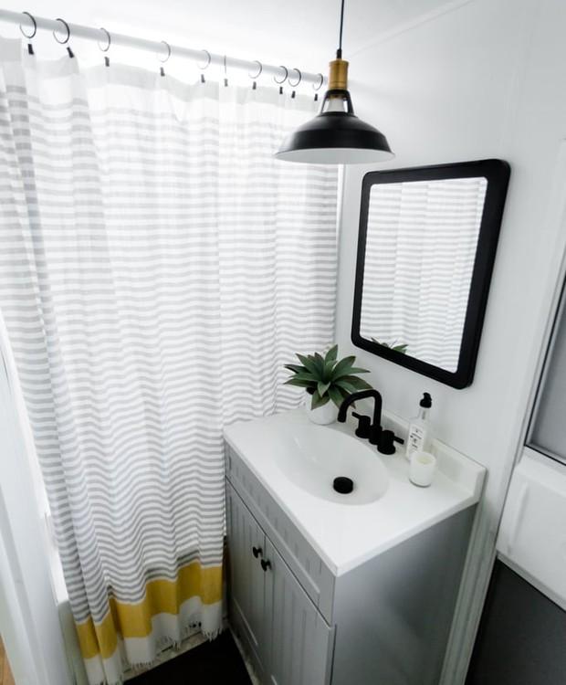 O banheiro recebeu várias mãos de tinta branca para ficar claro (Foto: Brianne and Sean Walker/ Reprodução)