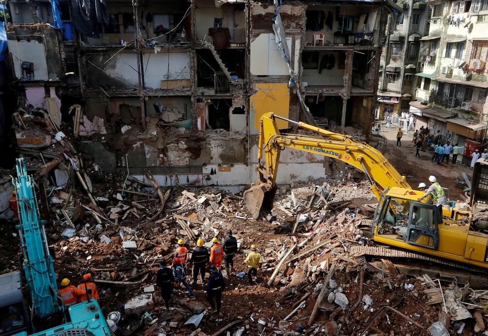 Bombeiros e equipes de resgate trabalham nas buscas por sobreviventes no local onde um prédio desabou em Mumbai, na Índia (Foto: Shailesh Andrade/Reuters)