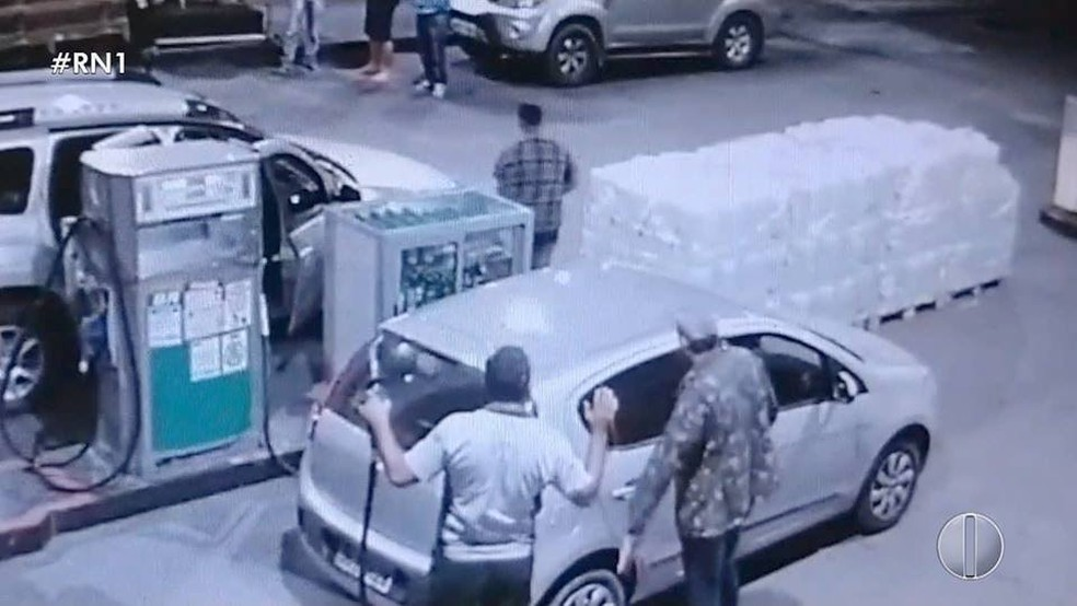 Grupo de criminosos assaltou outra quadrilha em um posto de combustíveis em Caiçara do Rio do Vento, RN — Foto: Reprodução/Inter TV Cabugi