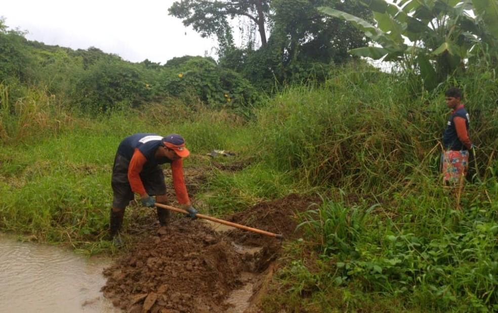 Serviço emergencial é realizado na área da Vila da Vacaria  — Foto: Edgar Júnior/Divulgação