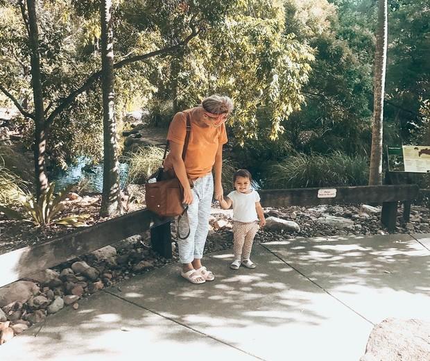 Bec Crombie passeia com a filha (Foto: Reprodução/Instagram)