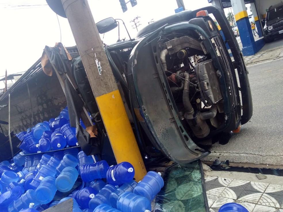 Peso da carga tombou o caminhão ao fazer a curva na Av. General Carneiro — Foto: Danilo Lima/ Reprodução