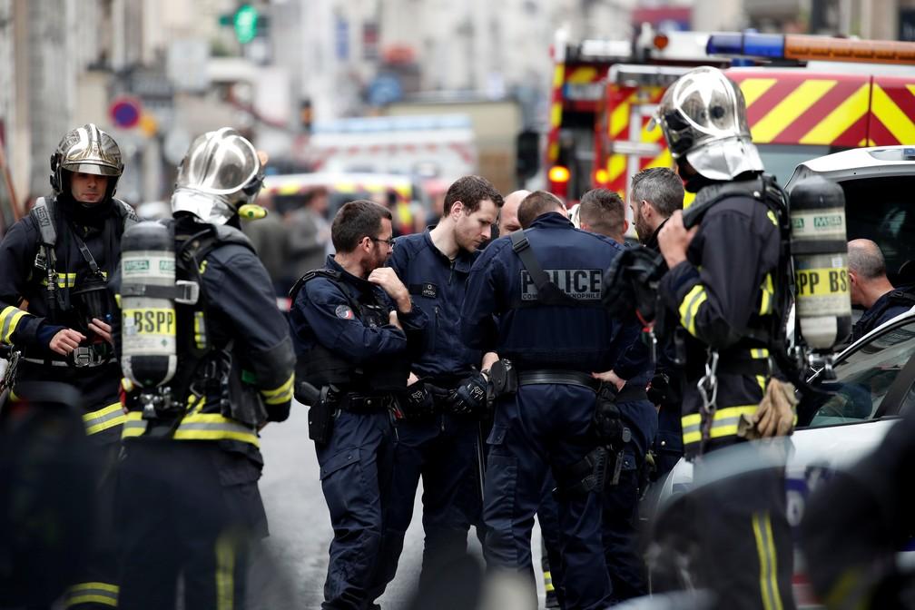 -  Policiais são vistos em local em que homem faz duas pessoas reféns no centro de Paris  Foto: Benoit Tessier/Reuters