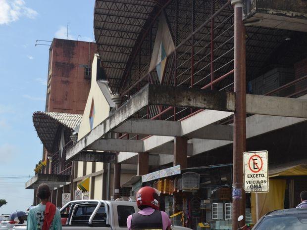 Homem é baleado dentro do Mercado Albano Franco