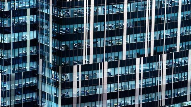 Os funcionários novos acabam repetindo os padrões da chefia (Foto: Getty Images via BBC News Brasil)